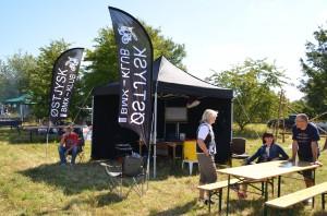 Vores ny sponsorerede setup med telt og flag.
